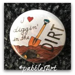 liebevoll von Hand illustrierter Button: I love diggin' in the dirt