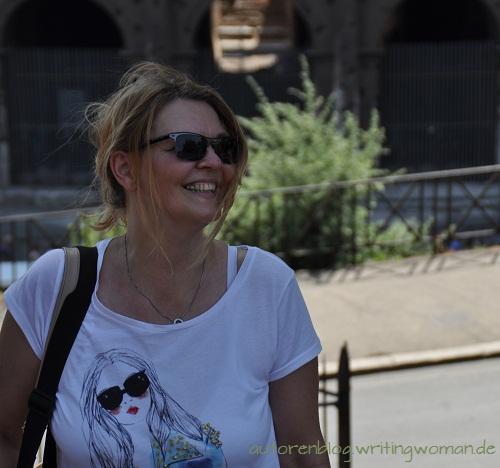 Petra A. Bauer vor dem Colosseum