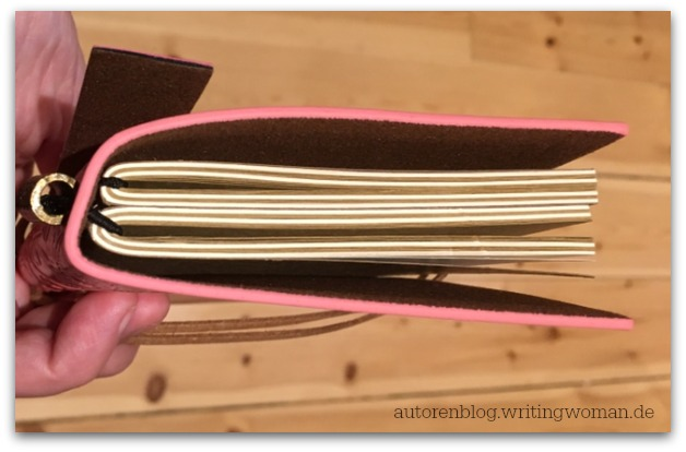 Hier kann man gut die Gummikonstruktion des Traveler's Notebook erkennen.