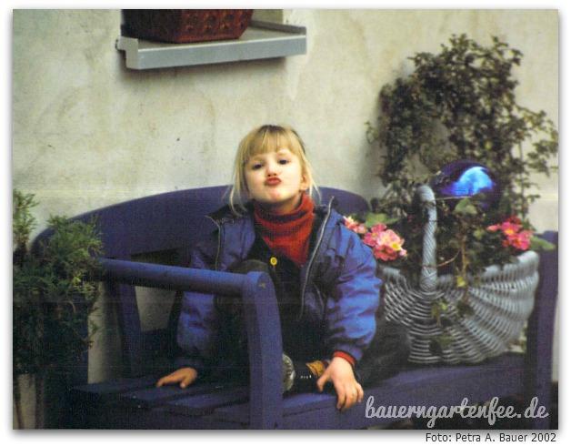 Die blaue Bank mit Kind 4, 2002