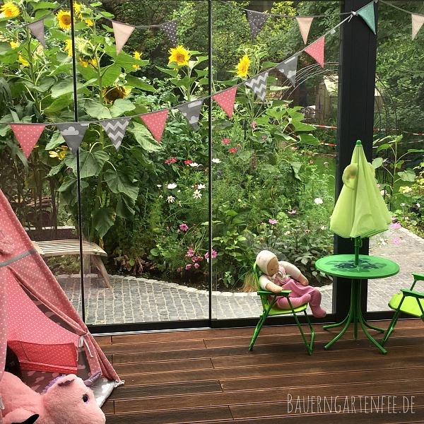 Blick aus unserer Küche in den Wintergarten und auf das Hochbeet. Foto: Petra A. Bauer 2018.