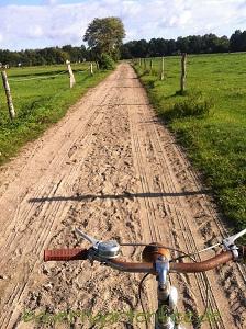 Feldweg zum Kuh- und Pferdestall mit Hufspuren. 27. August 2012