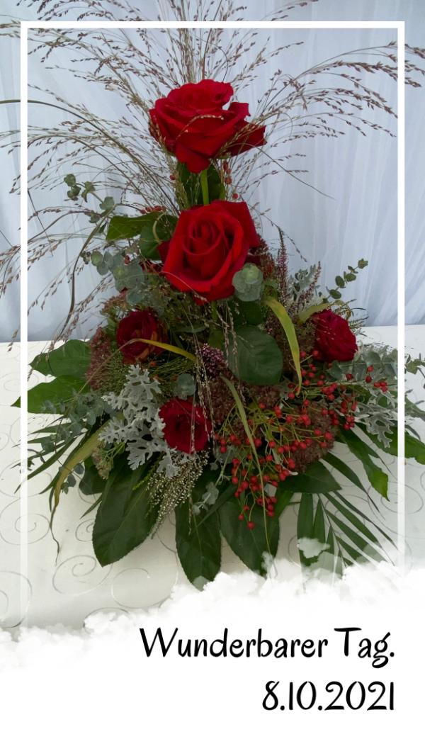 Das Blumengesteck auf dem Hochzeitsbuffet.