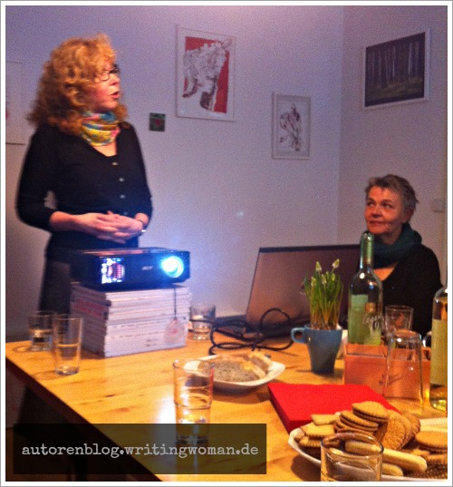Susanne Haun eröffnet den Kunstsalon. Rechts: Ulii Gau. Foto: Petra A. Bauer