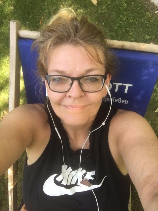 Schmelzende Autorin im Garten