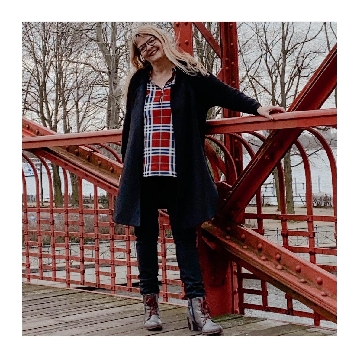 Petra A. Bauer auf der Sechserbrücke am Tegeler See.