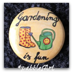 liebevoll von Hand illustrierter Button: Gardening is fun