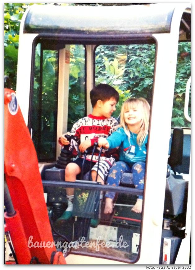 Kind 3 und 4 auf dem Bagger, 2002