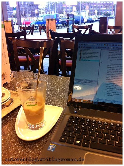 Schreiben im Café, Foto: Petra A. Bauer